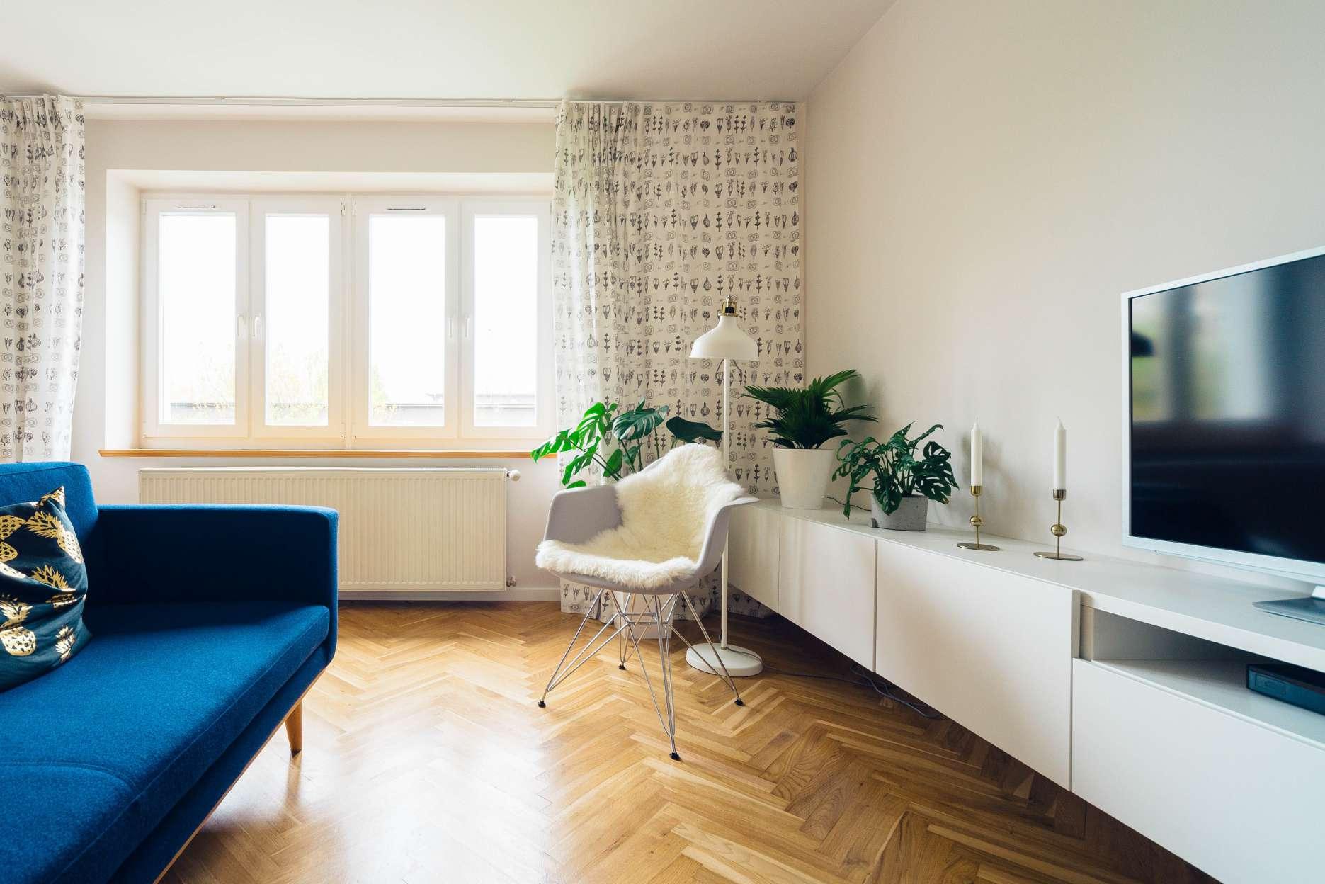 3 pomysly na malowanie scian w salonie - biale sciany