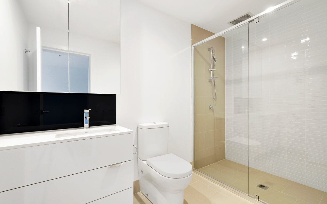 Kabina prysznicowa bez brodzika z odpływem punktowym, odpływ liniowy, czy prysznic bez kabiny?